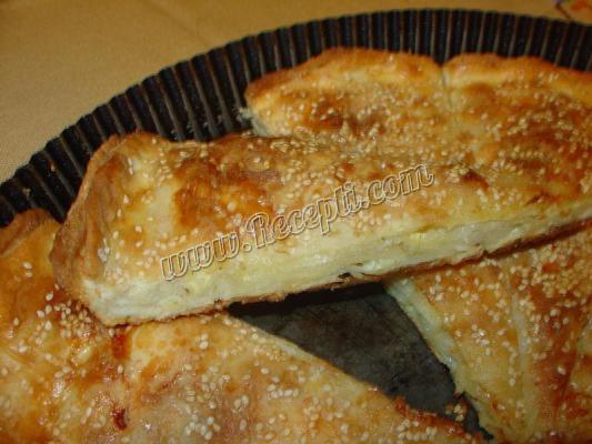 Razvlacena *masna* okrugla pita sa sirom