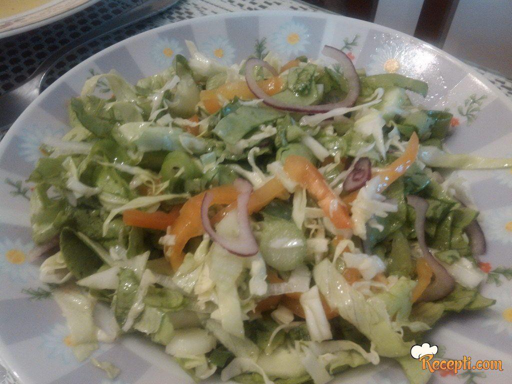 Salata sa kupusom, paprikom...