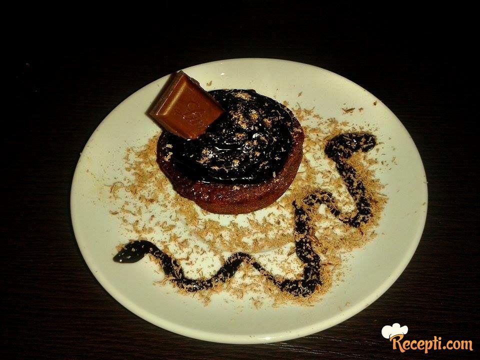 Čokoladni mafin sa prelivom od čokolade