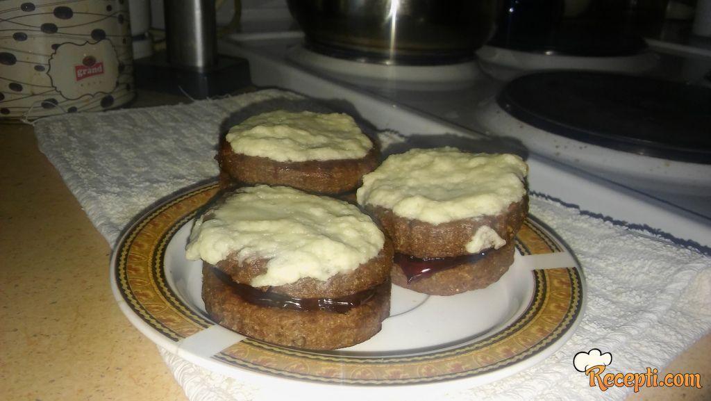 Keks sendviči sa višnjom i belom čokoladom