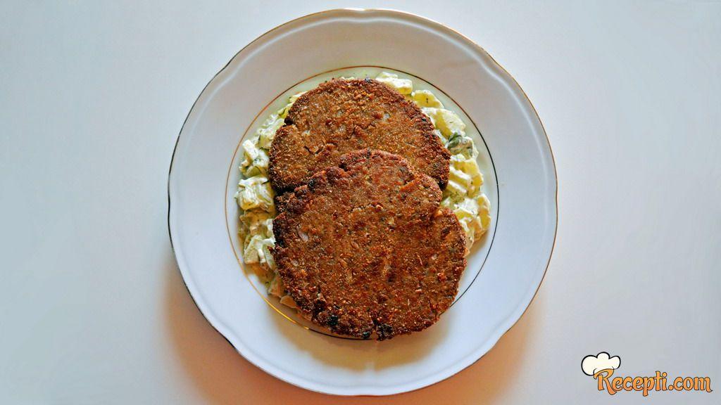 Tuna burger i dinstani krastavci