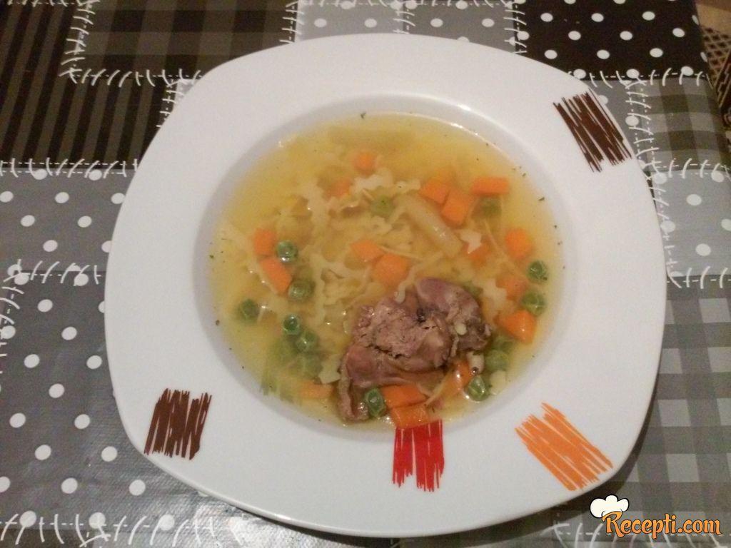 Supica sa povrćem i pilečim iznutricama