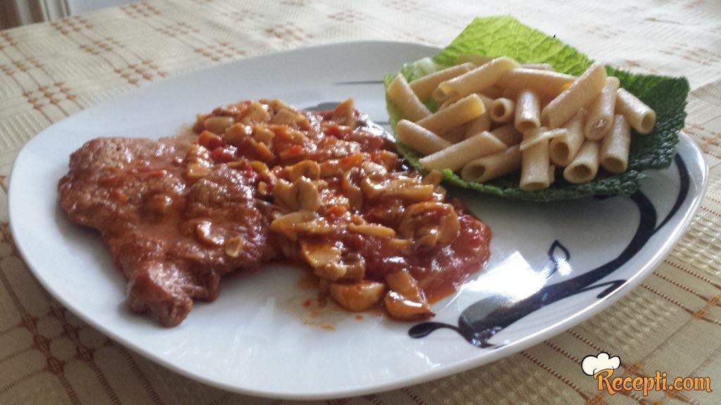 Teletina i pečurke u crvenom sosu