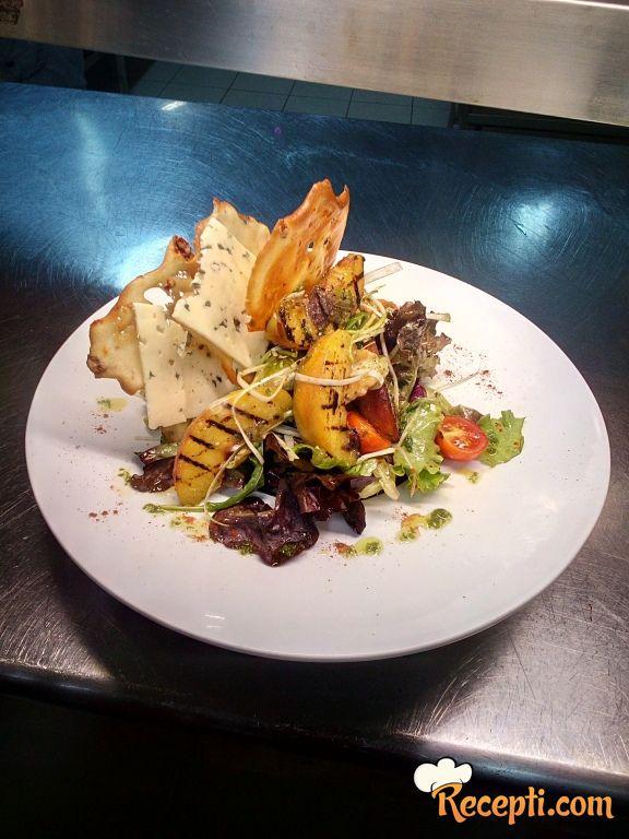 Grilovane breskve & gorgonzola salata