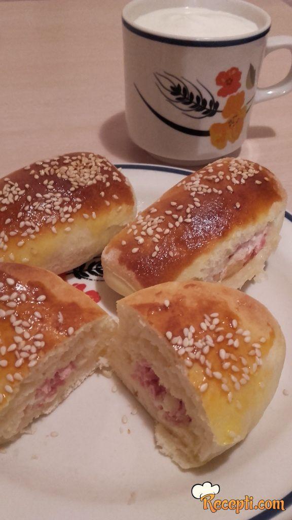 Rol kiflice sa sirom i parizerom