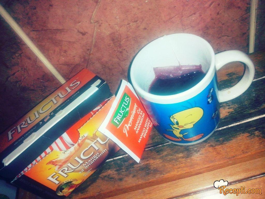 Voćni čaj sa crvenim vinom