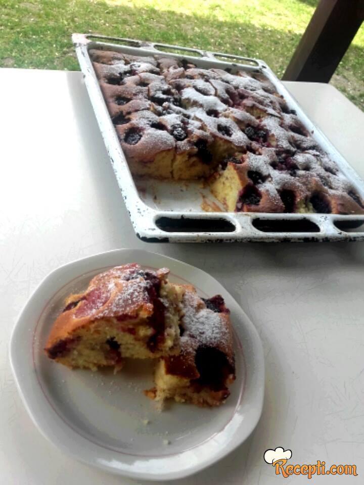Piškota kolač sa voćem