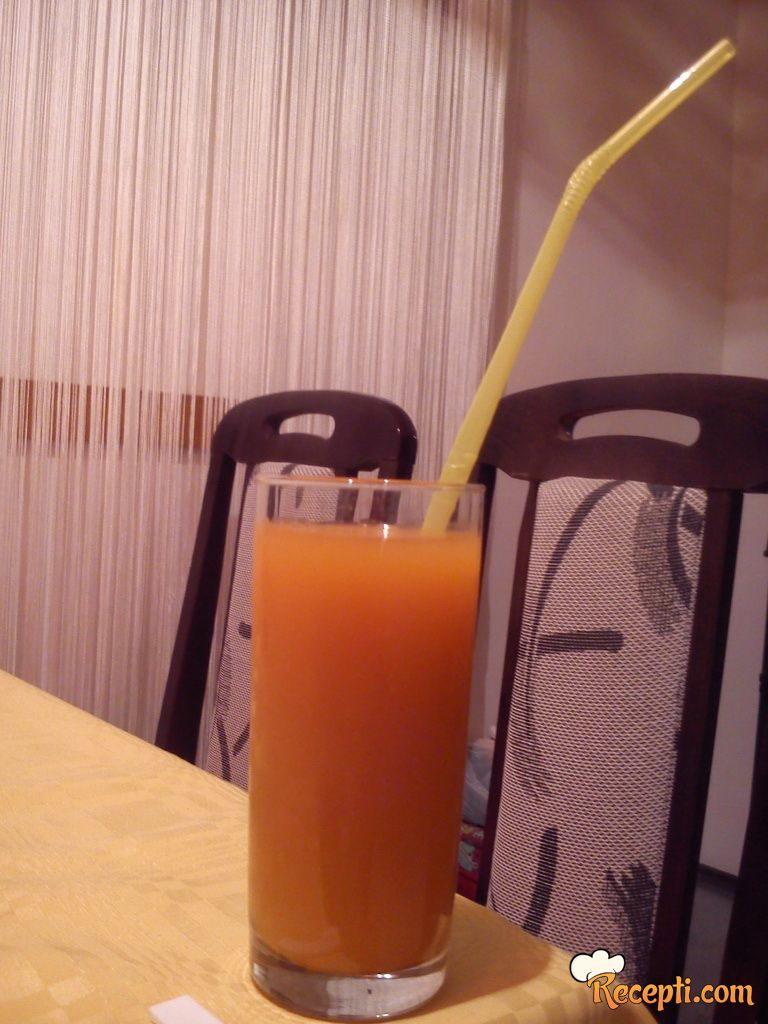 Domaći gusti sok od jabuke i šargarepe