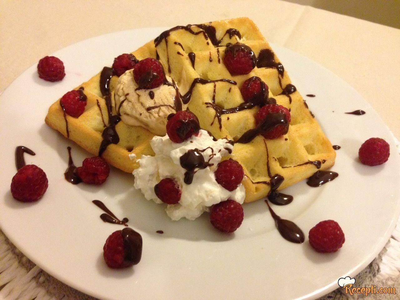 Waffle sa malinama i sladoledom od karamele