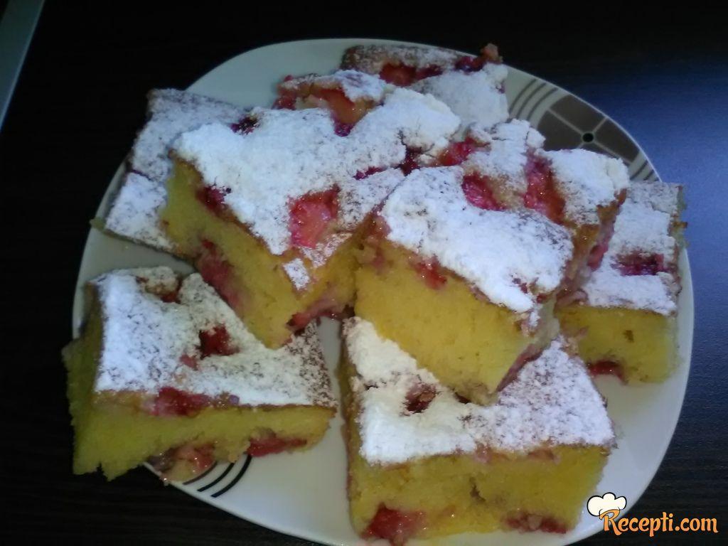 Žuti kolač sa jagodama