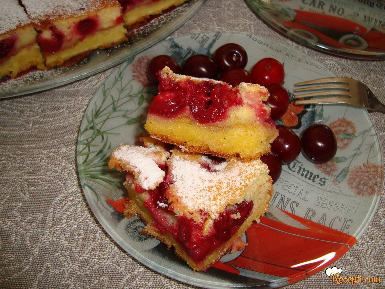 Žuti kolač sa višnjama