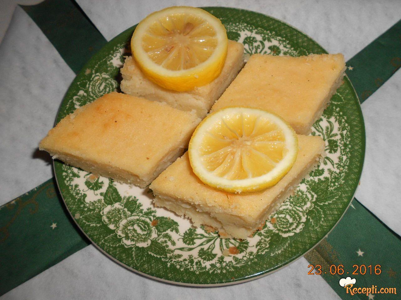 Jogurt kolač sa kokosom i grizom