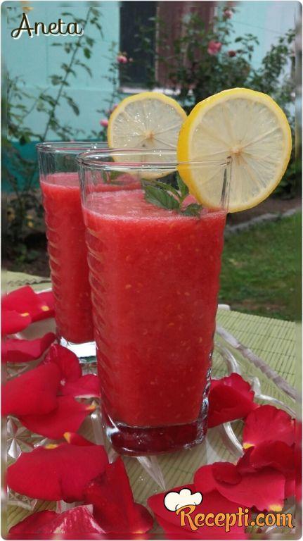 Osvežavajuć napitak - limun sa malinama