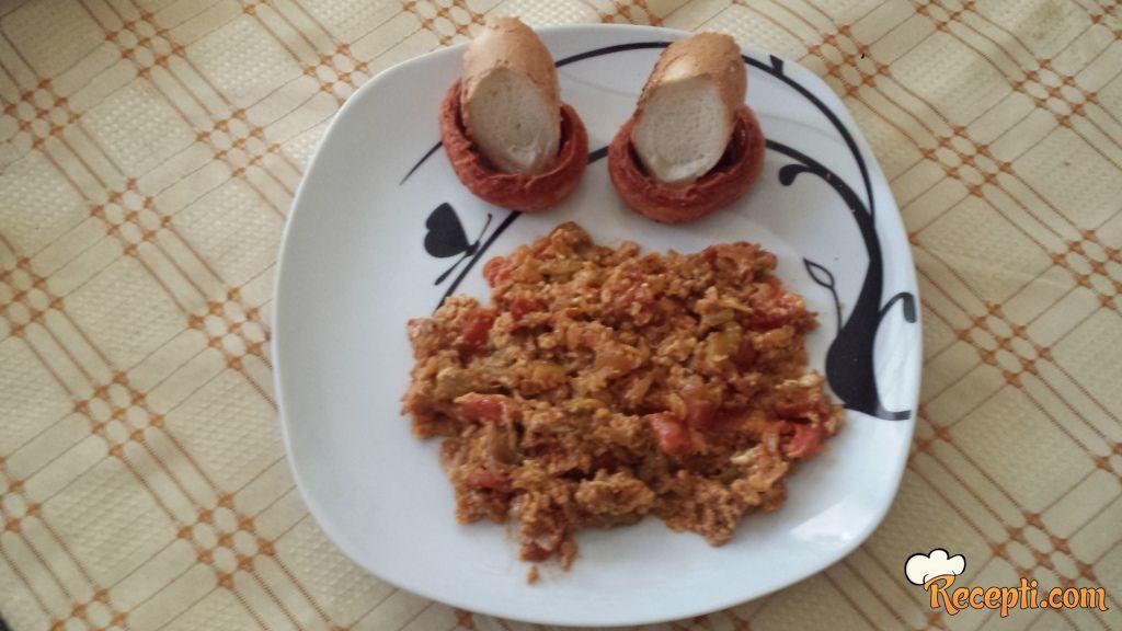 Mix jaja i povrća sa kobasicama