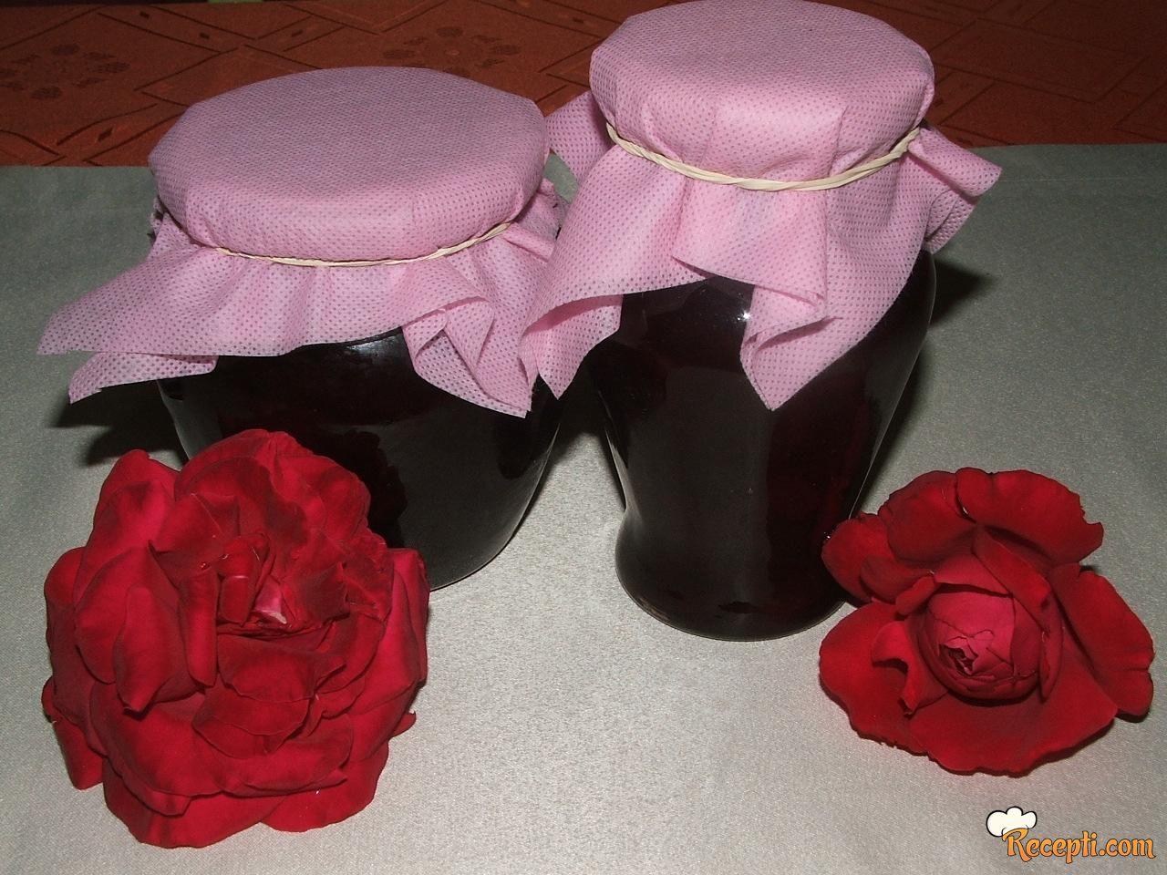 Slatko od ružinih latica