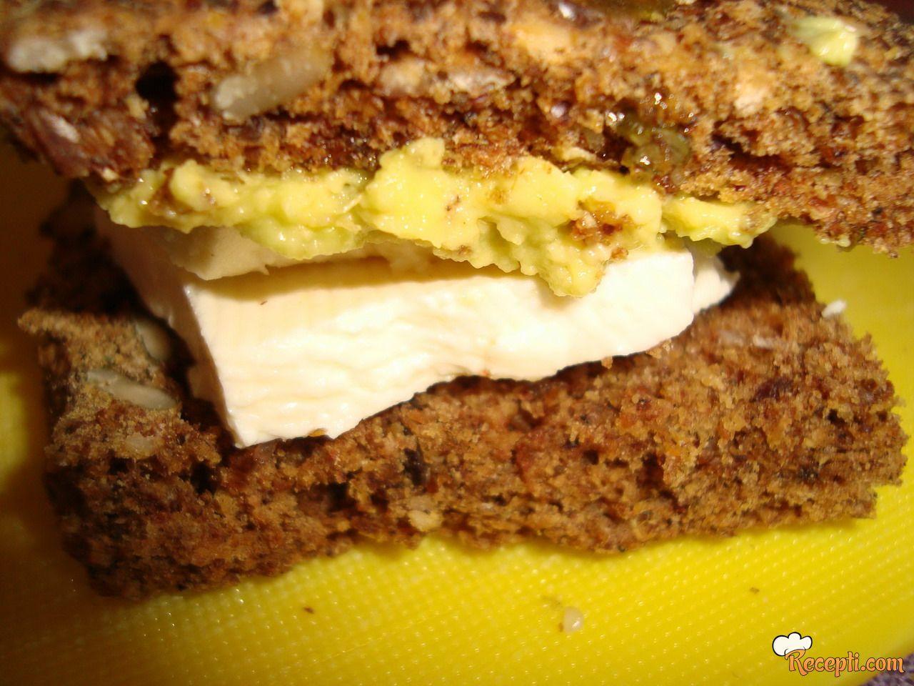 Hrono sendvič sa avokadom i kozjim sirom