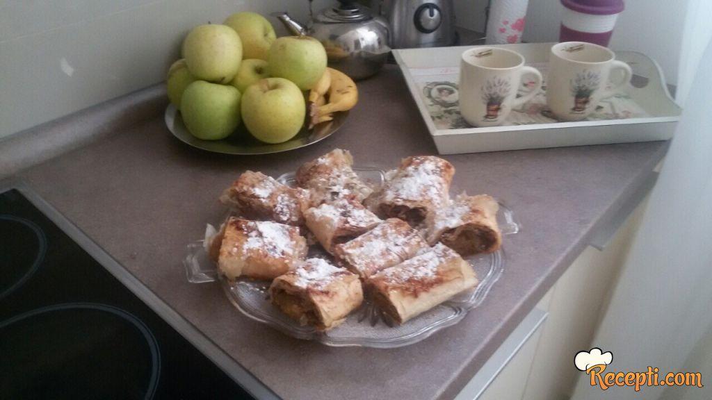 Pita sa jabukama, orasima i keksom