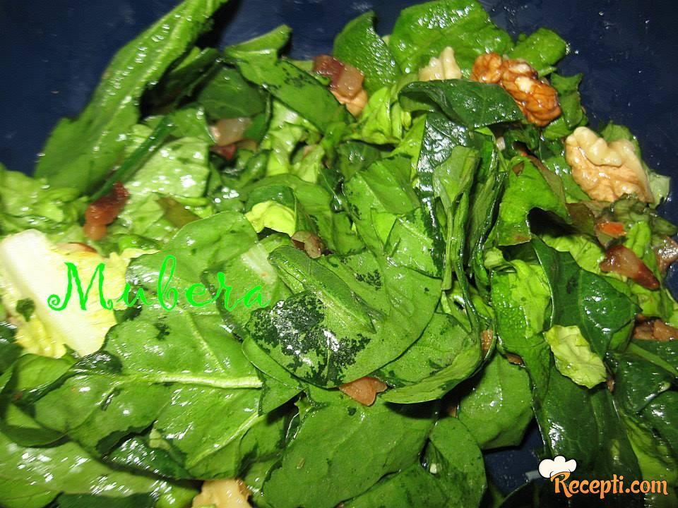 Salata od spanaća, slanine i oraha
