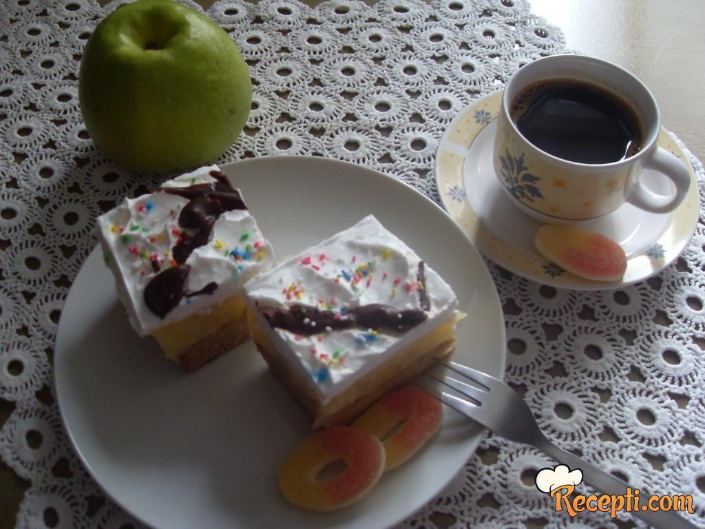 Kremasti kolač sa jabukama