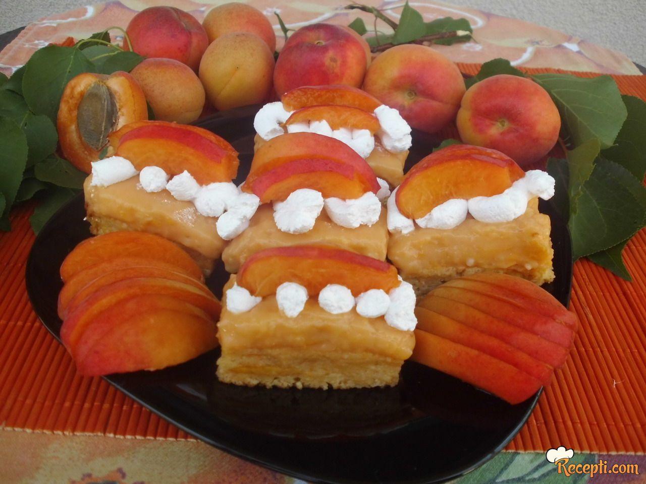 Voćni kolač sa kajsijama i slatkom pavlakom