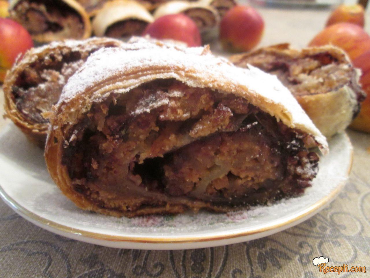 Štrudla sa jabukama, keksom i orasima