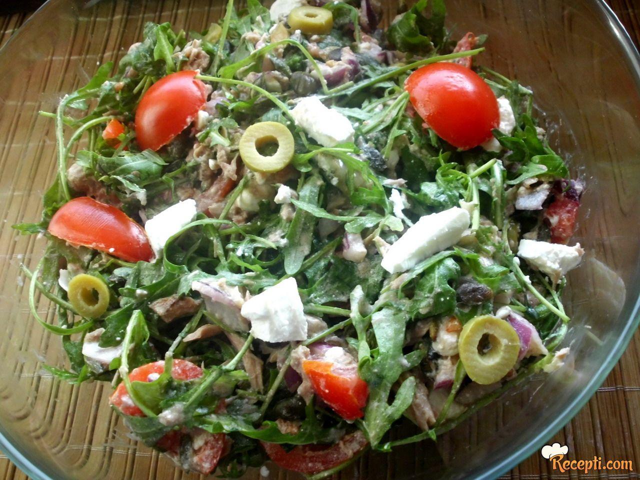 Salata sa tunjevinom, feta sirom i rukolom