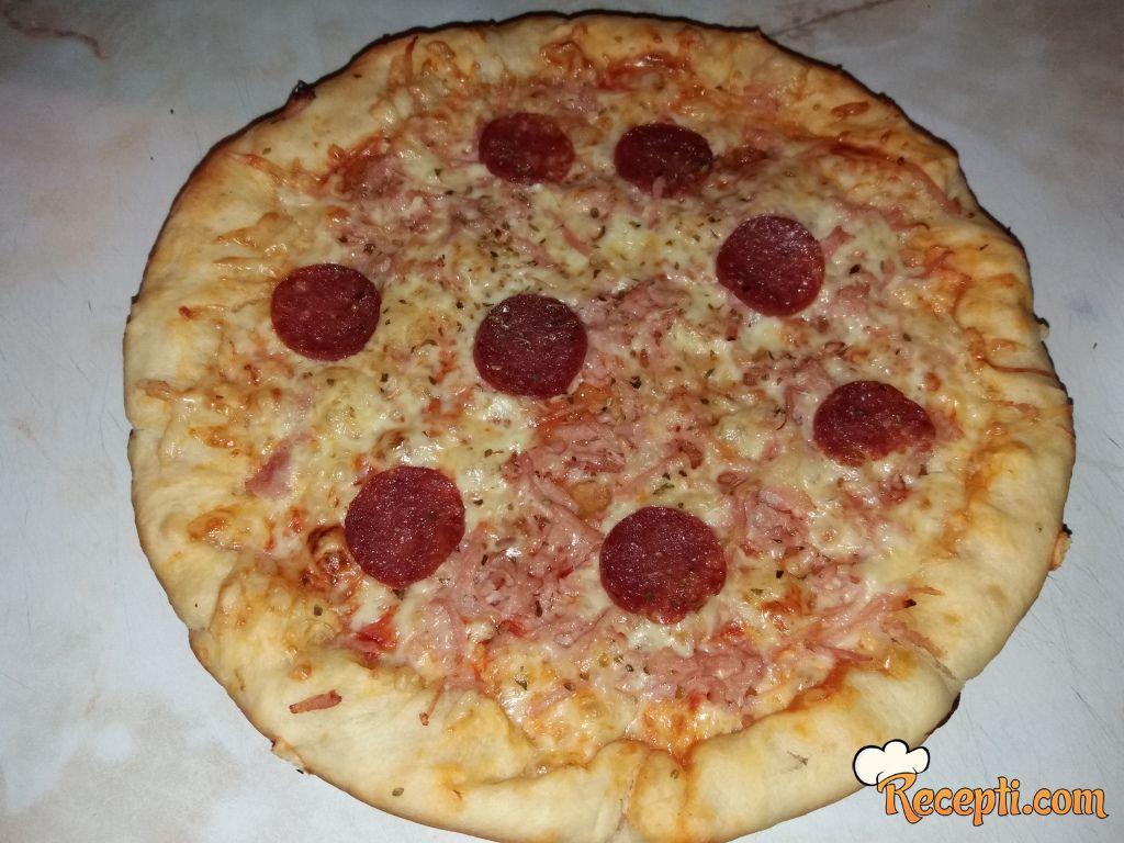 Pizza sa punjenim krajevima