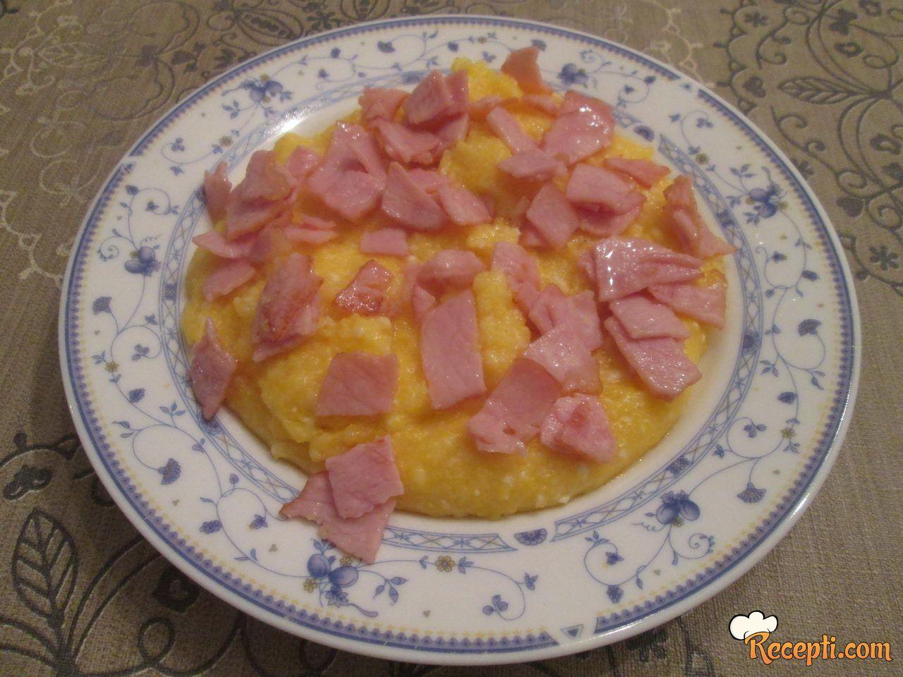 Palenta sa sirom i pečenicom