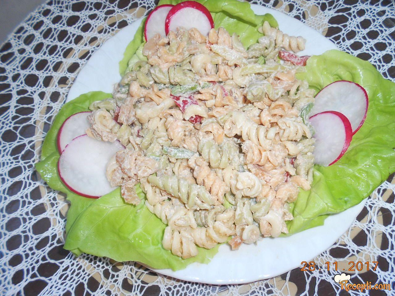 Salata sa dimljenim pilećim mesom