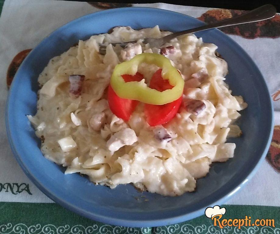 Taljatele sa belim mesom, dimljenim sirom u sosu