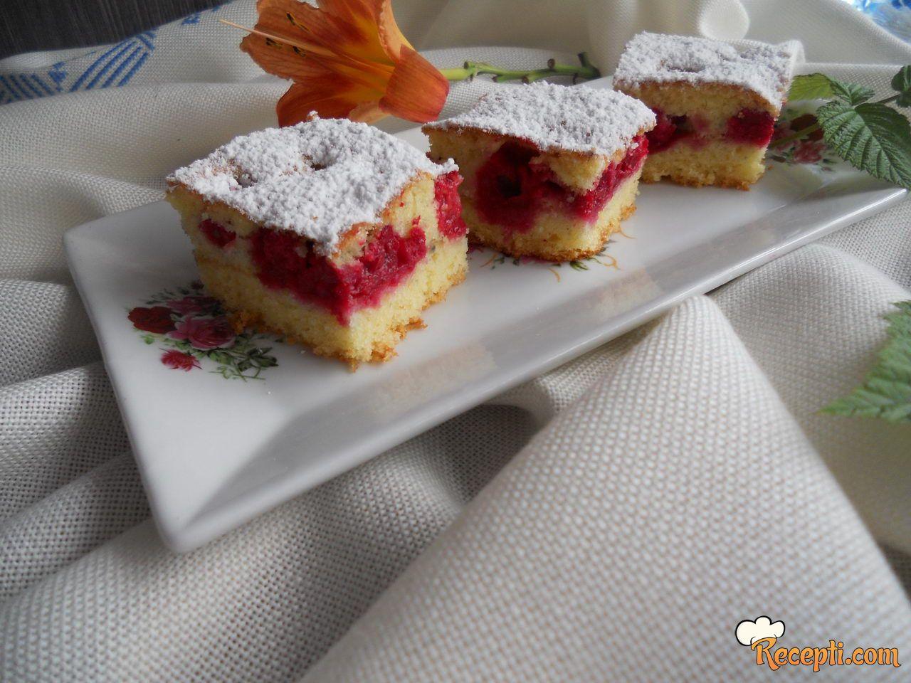 Starinski kolač sa višnjama i malinama