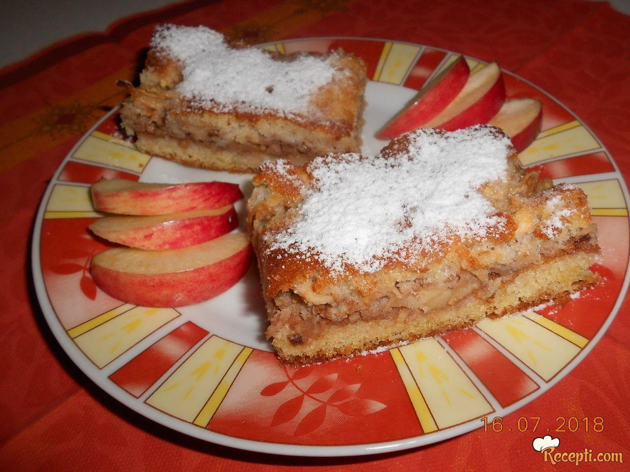 Kolač sa jabukama i suvim grožđem