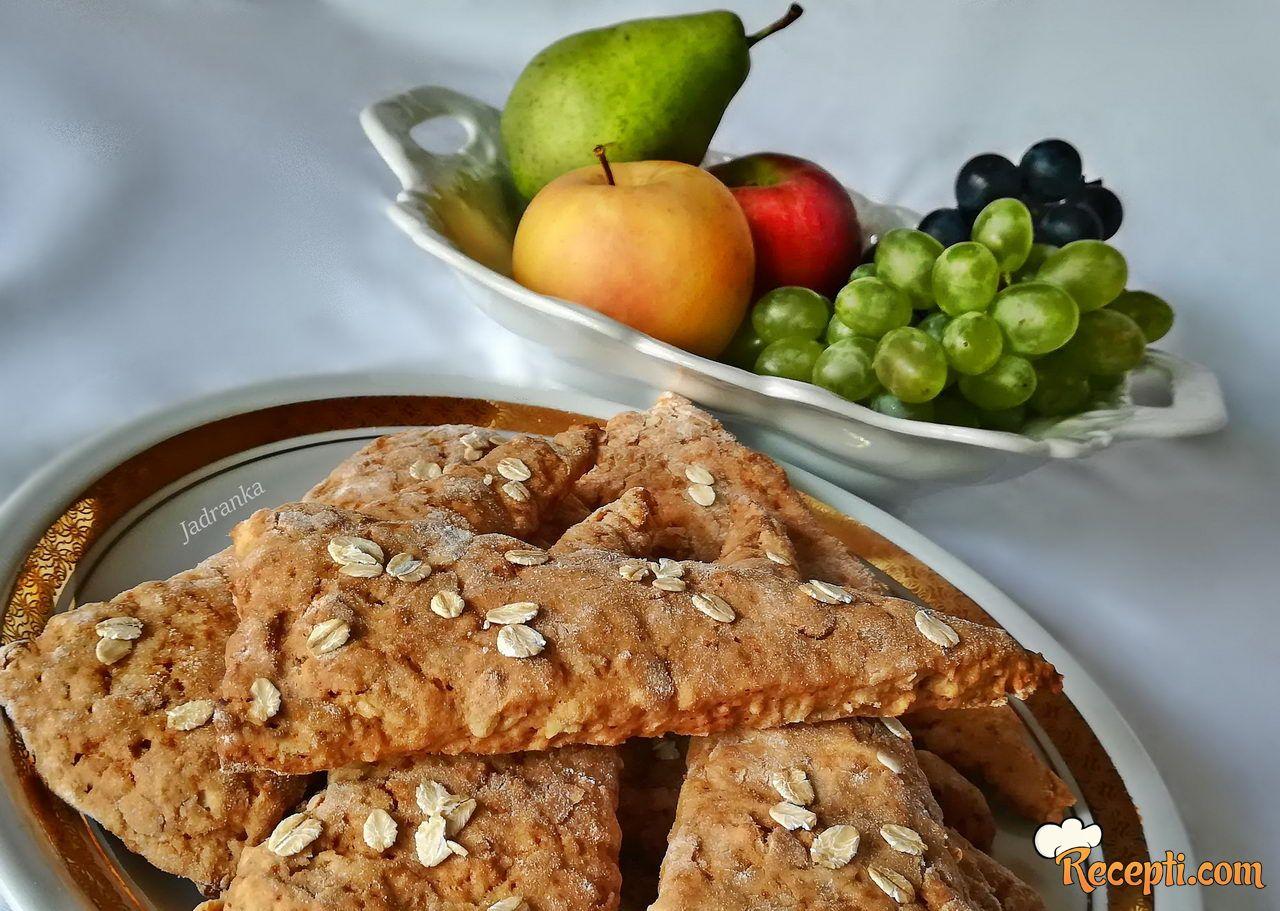 Skonsi s jabukama i ovsenim pahuljicama