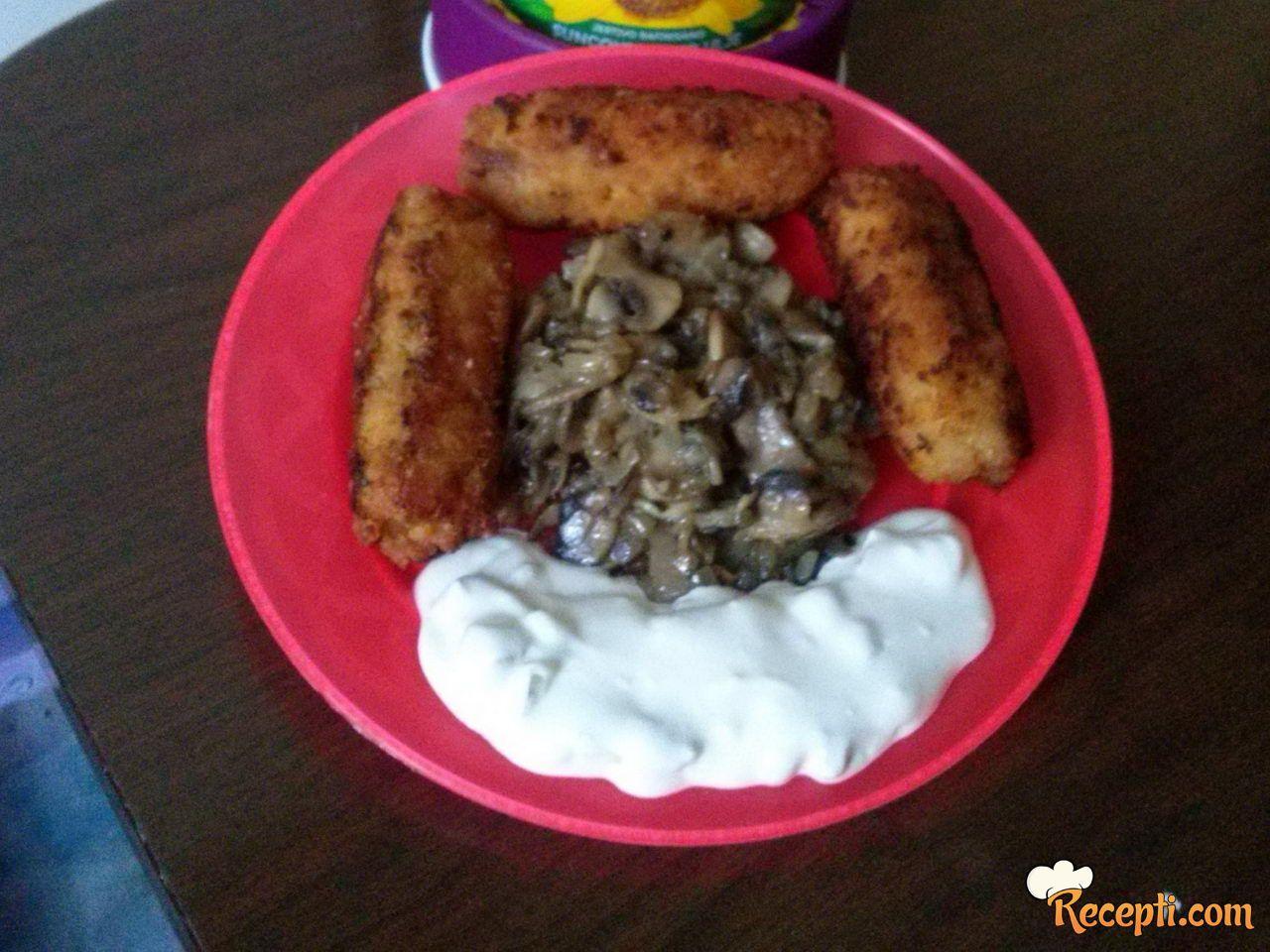 Ćevapi sa prilogom od pečuraka i belog sosa