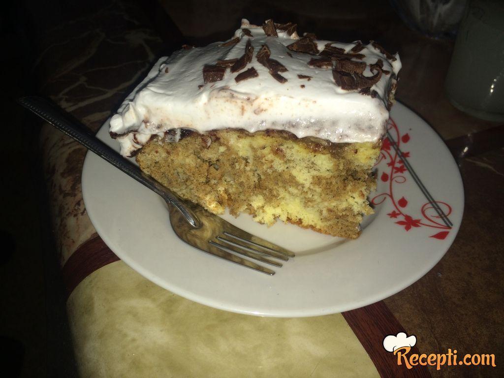 Šareni kolač sa šlagom
