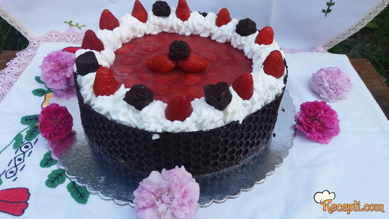 Jagoda torta sa čokoladnom ogradicom