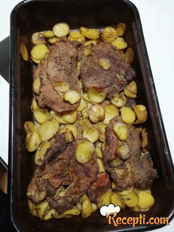 Svinjsko meso sa mladim krompirićima