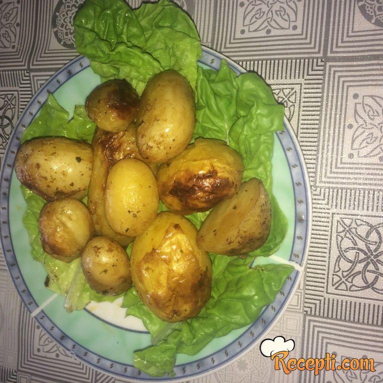Mladi krompir zapečeni