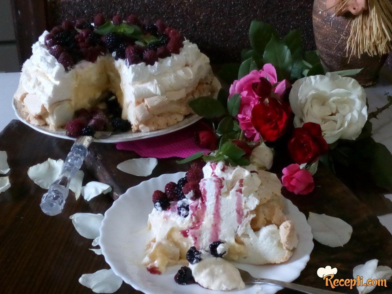 Pavlova torta sa šumskim voćem
