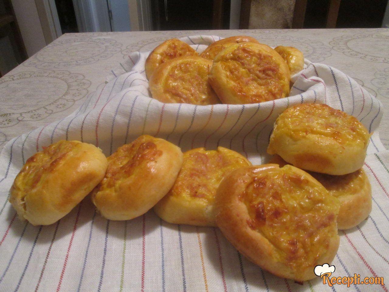Pogačice punjene sirom i suvim vratom