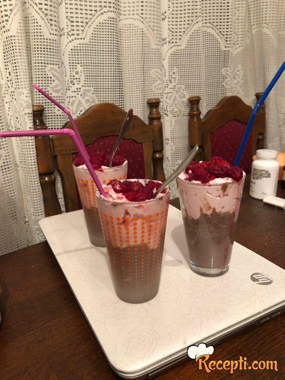 Malina desert u čaši