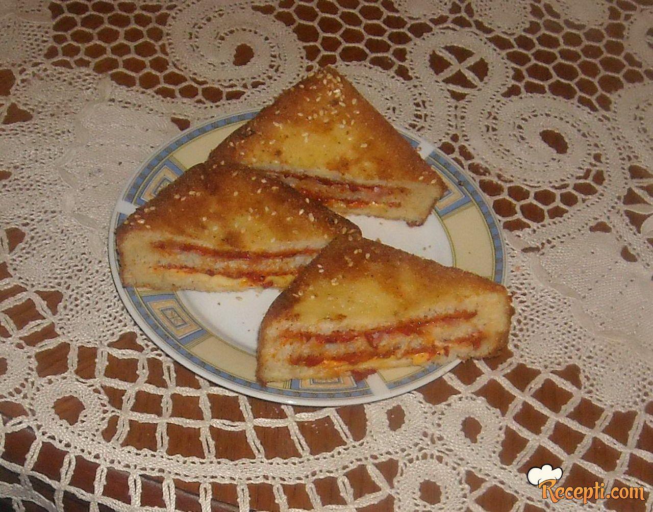 Ajvar tost sendviči