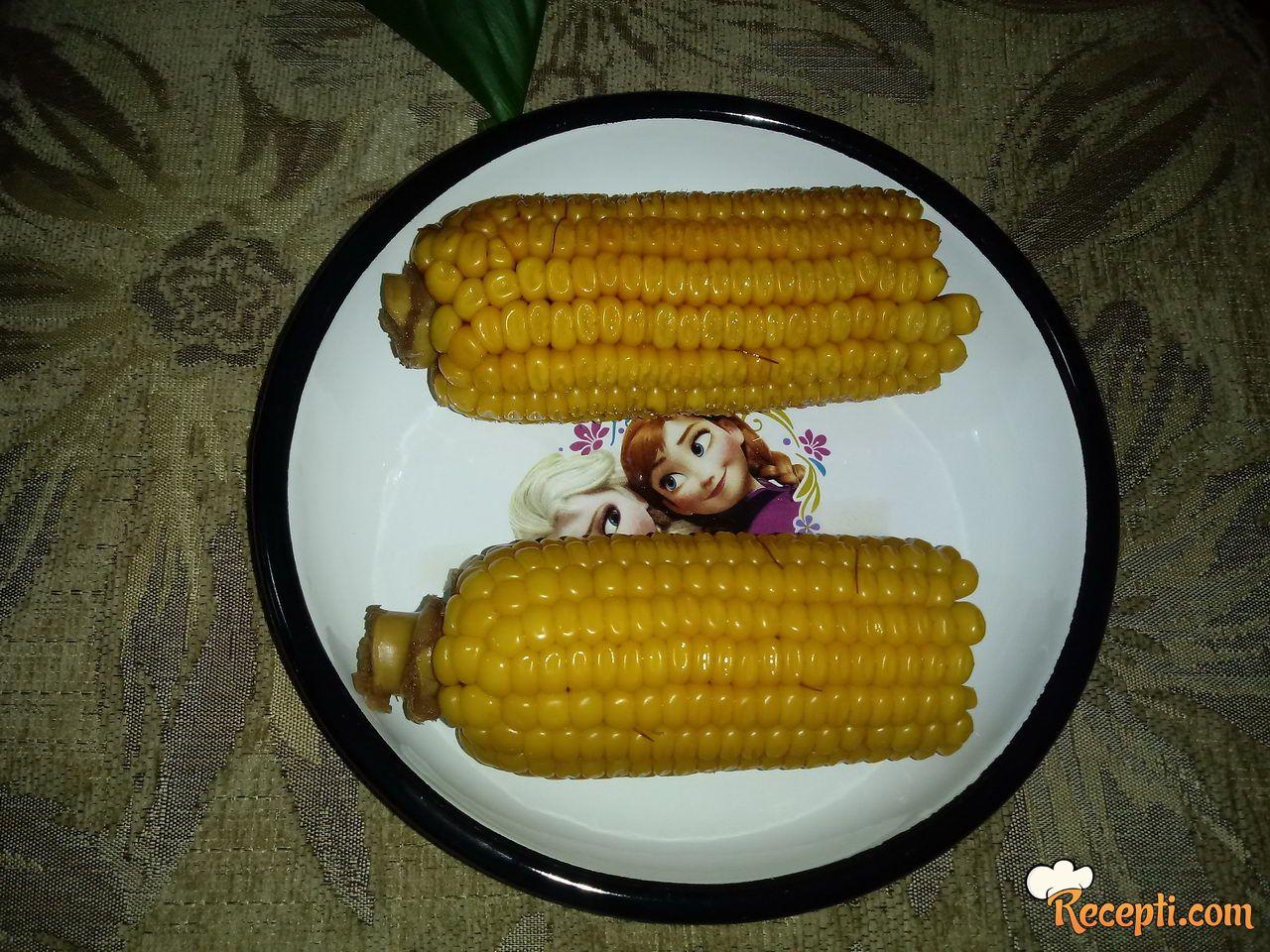 Kuvani kukuruz sa mlekom i maslacem