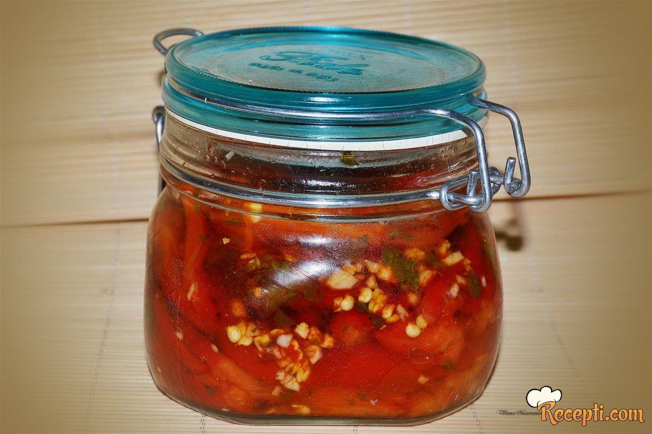 Salata od pečenih paprika u tegli