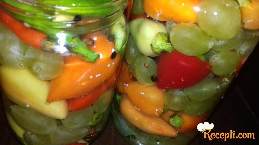 Ljute paprike sa groždjem