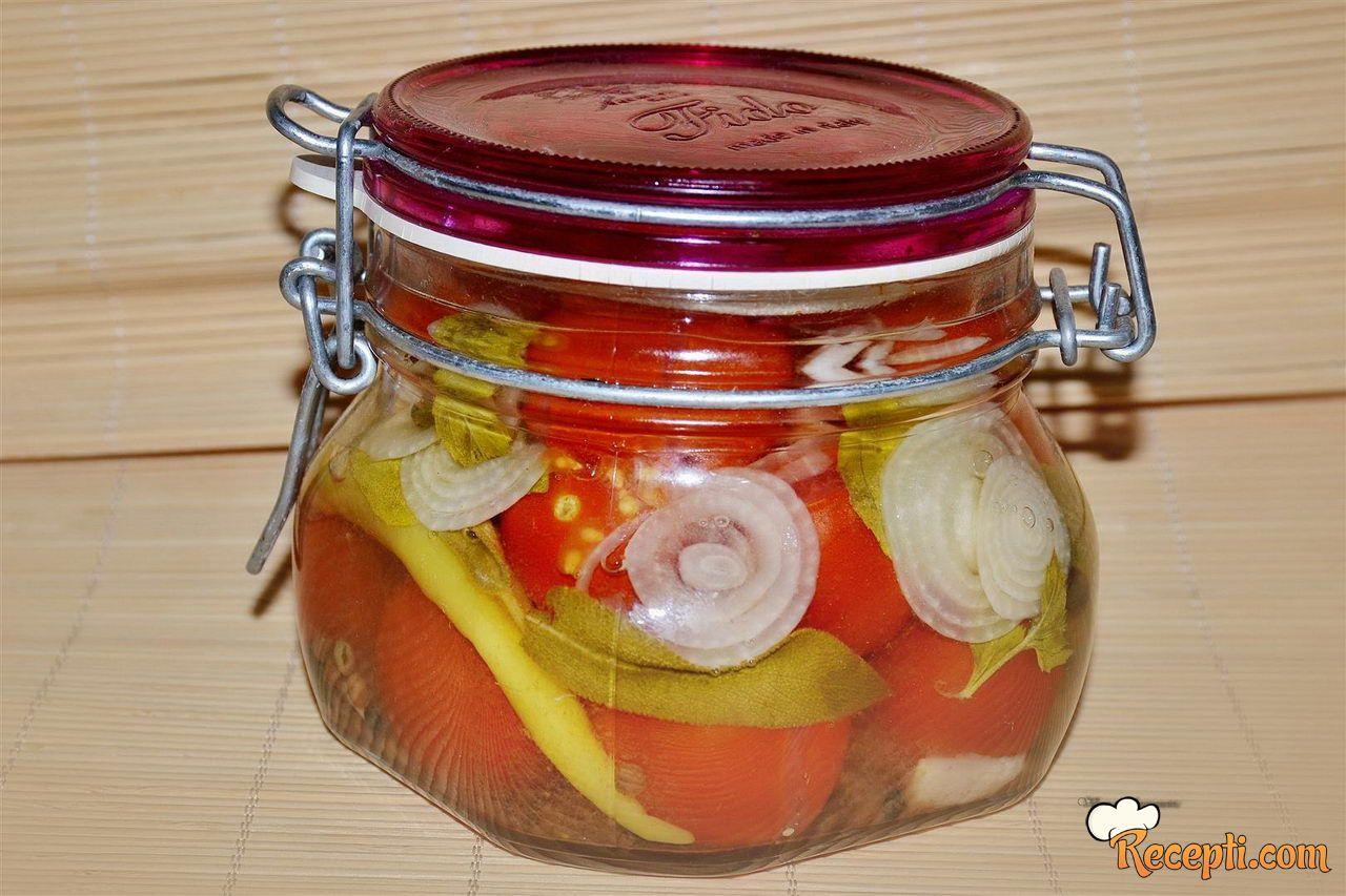 Salata od pasterizovanih čeri paradajza u tegli