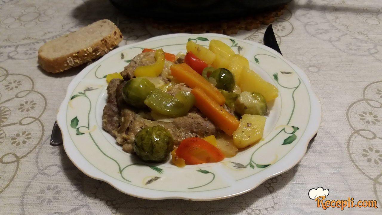 Svinjsko meso u zagrljaju povrća
