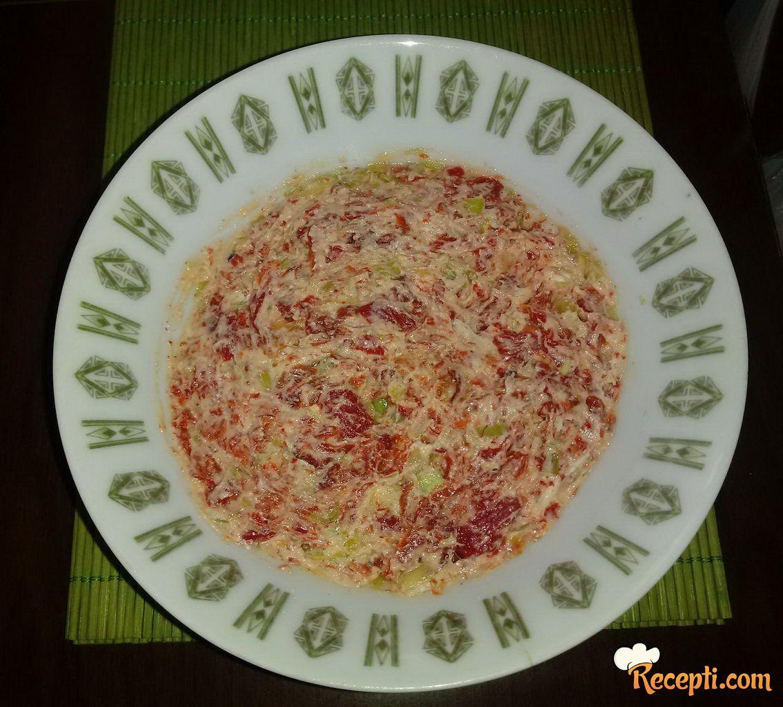 Salata sa pečenom paprikom, prazilukom i sirom