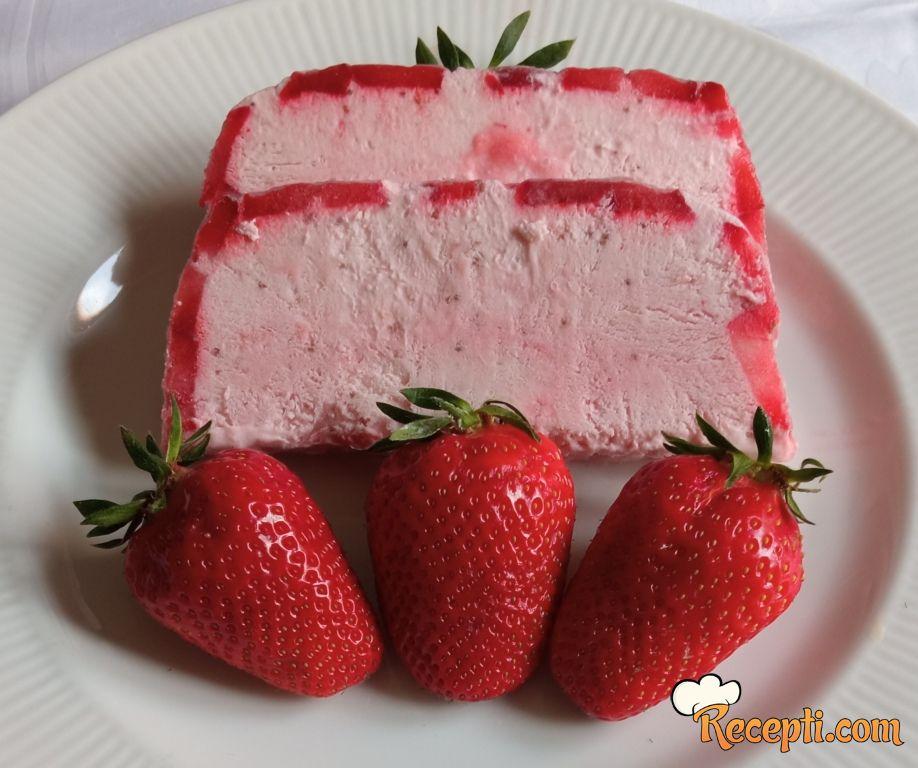 Sladoled torta od jagoda