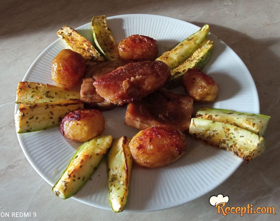 Svinjska plećka sa mladim krompirićima i prilogom od tikvica